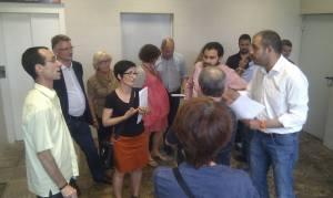 Membres de la plataforma conversant amb l'alcalde Miquel Buch